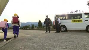 クマ目撃で移動交番車も出動 通学の児童を見守る